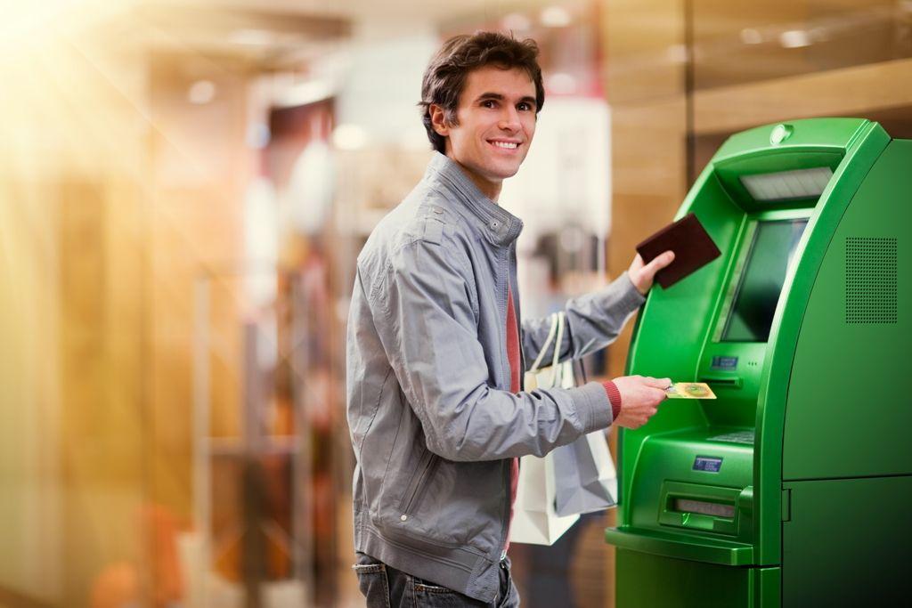 Молодой человек с кредитной картой